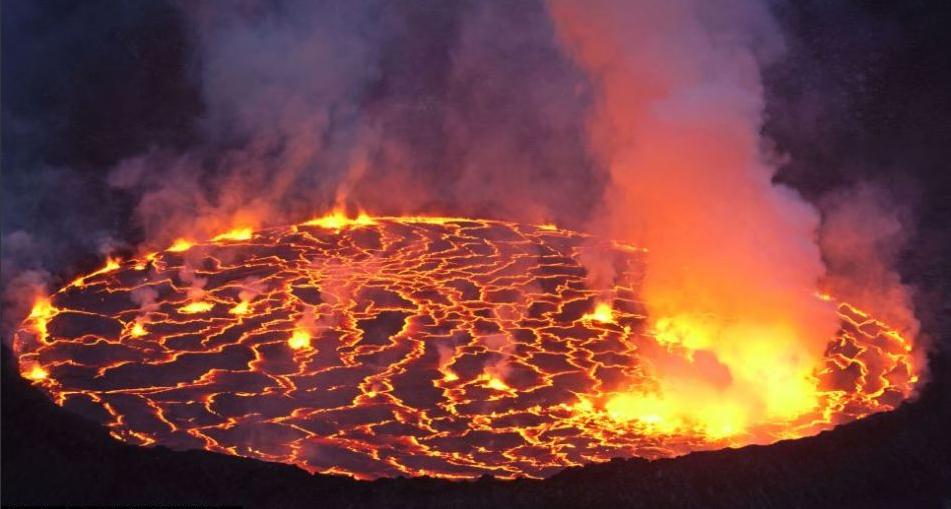 摄影师冒险拍世界最大熔岩湖壮观喷发景象