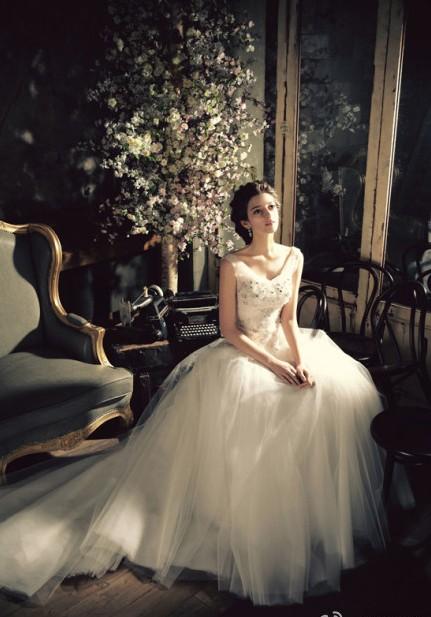 [原创]欧式胸前带钻婚纱礼服  唯美时尚俏丽大方