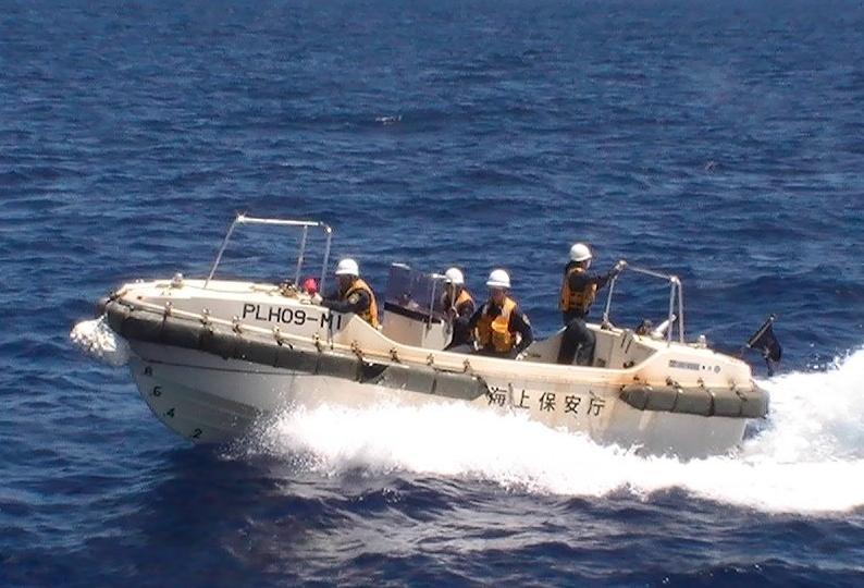 船拒载中国人_台湾海巡舰艇护送保钓船与日舰碰撞