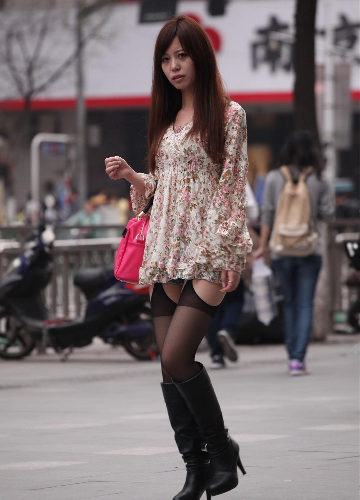 外地街拍仿吊带丝袜美女 第一次见到这样的丝袜