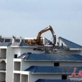 [贴图]最牛拆迁现琼海银海路挖掘机在楼顶拆房