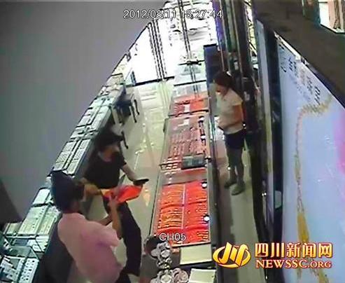 四川广元市区一珠宝店遭2名持枪劫匪抢劫