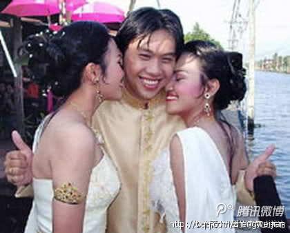 泰国一名24岁的男子和一对美丽的双胞胎姐妹结婚