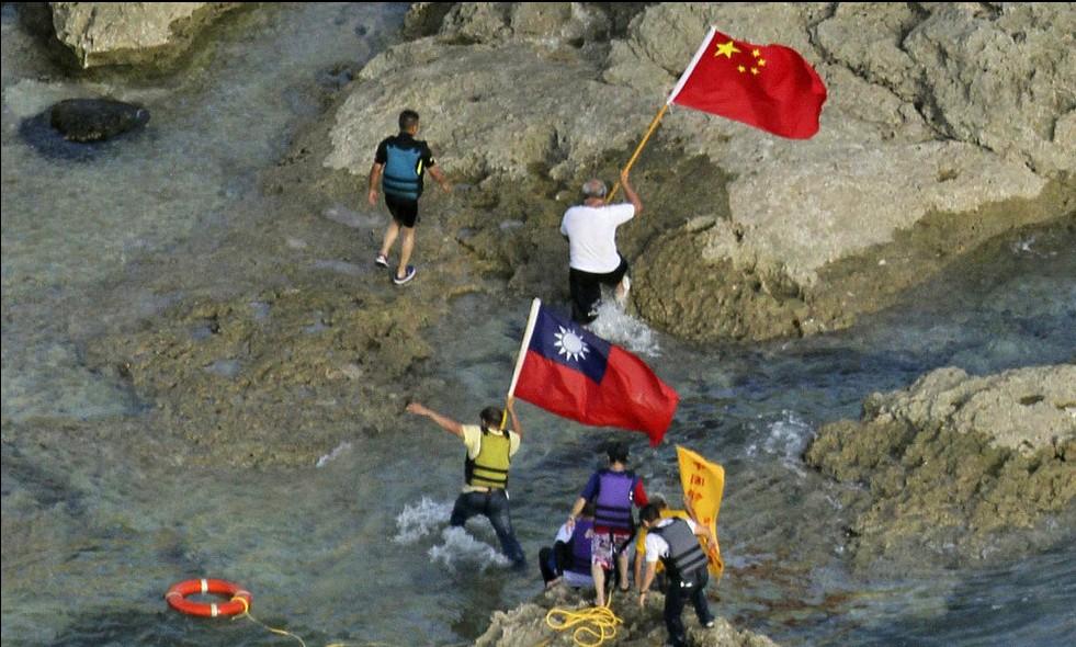 香港保钓人士被戴手铐押到冲绳