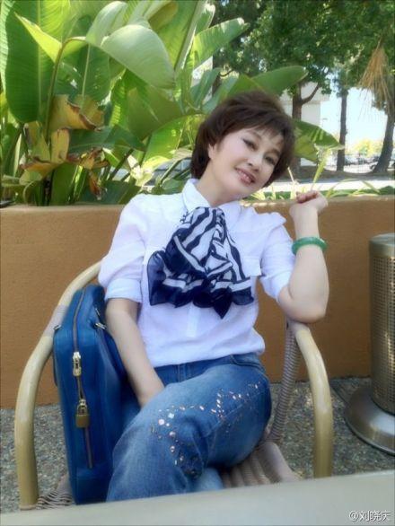 刘晓庆57岁发粉嫩照