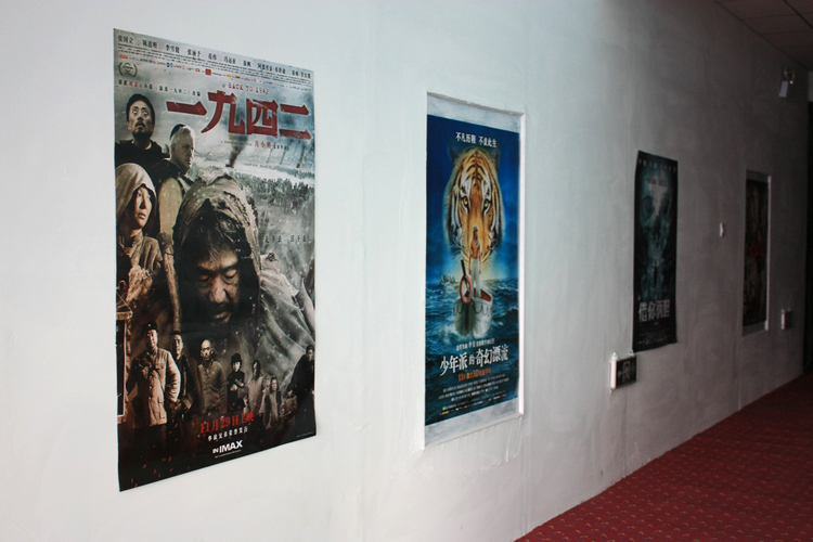 贴在墙上的电影海报