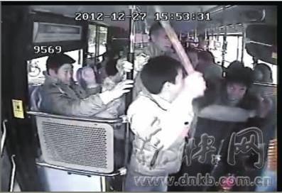 [公告]被公交车车门夹到 乘客与司机打斗受伤