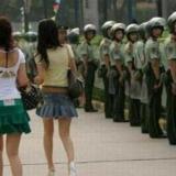 短裙美女一来,武警就不蛋定了!