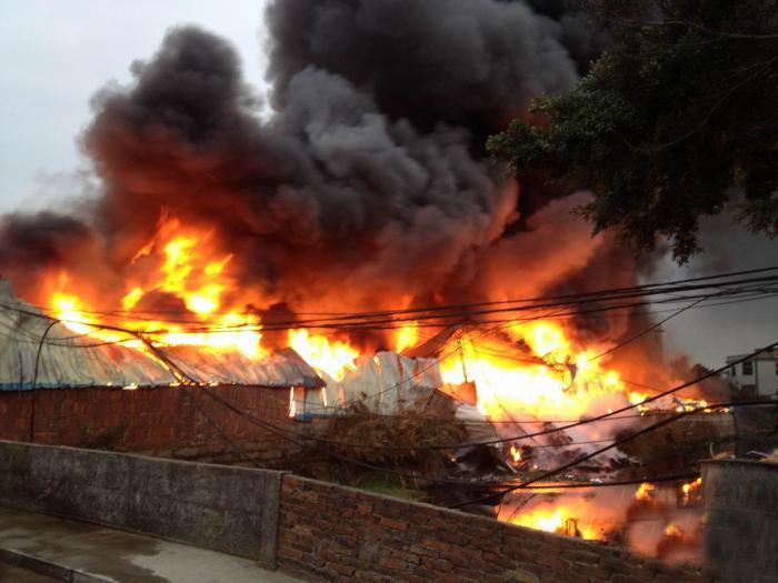 [转贴]颜厝今天下午一工厂着火。新年即将来临,小心火烛