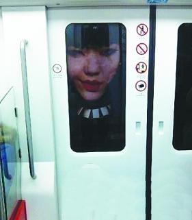 吴莫愁地铁海报吓乘客 大头血唇好似冤魂女鬼