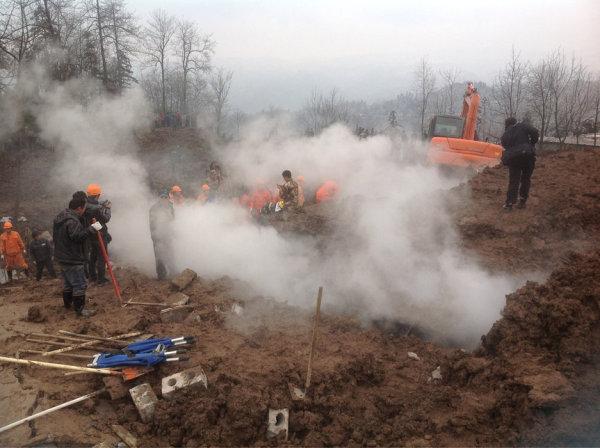 云南昭通山体滑坡致46人被埋多人遇难