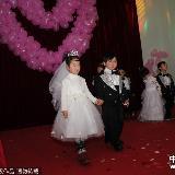 """[转贴]郑州:幼儿园为孩子举办""""集体婚礼"""""""