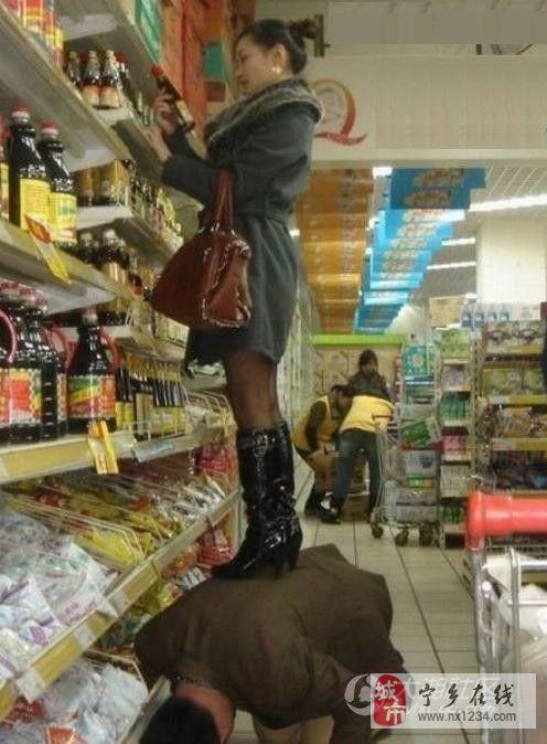 美女 踩在男人背上很爽吧