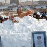 """世界冰王-15℃吃冷面喝啤酒直呼""""爽"""""""