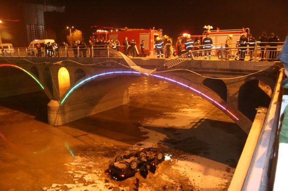 离石区高崖湾大桥的车祸现场