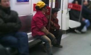 重庆地铁一农民工怕衣服弄脏座椅蹲在门边