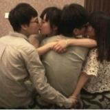 男子与女邻居有私情敲门后抱住就吻