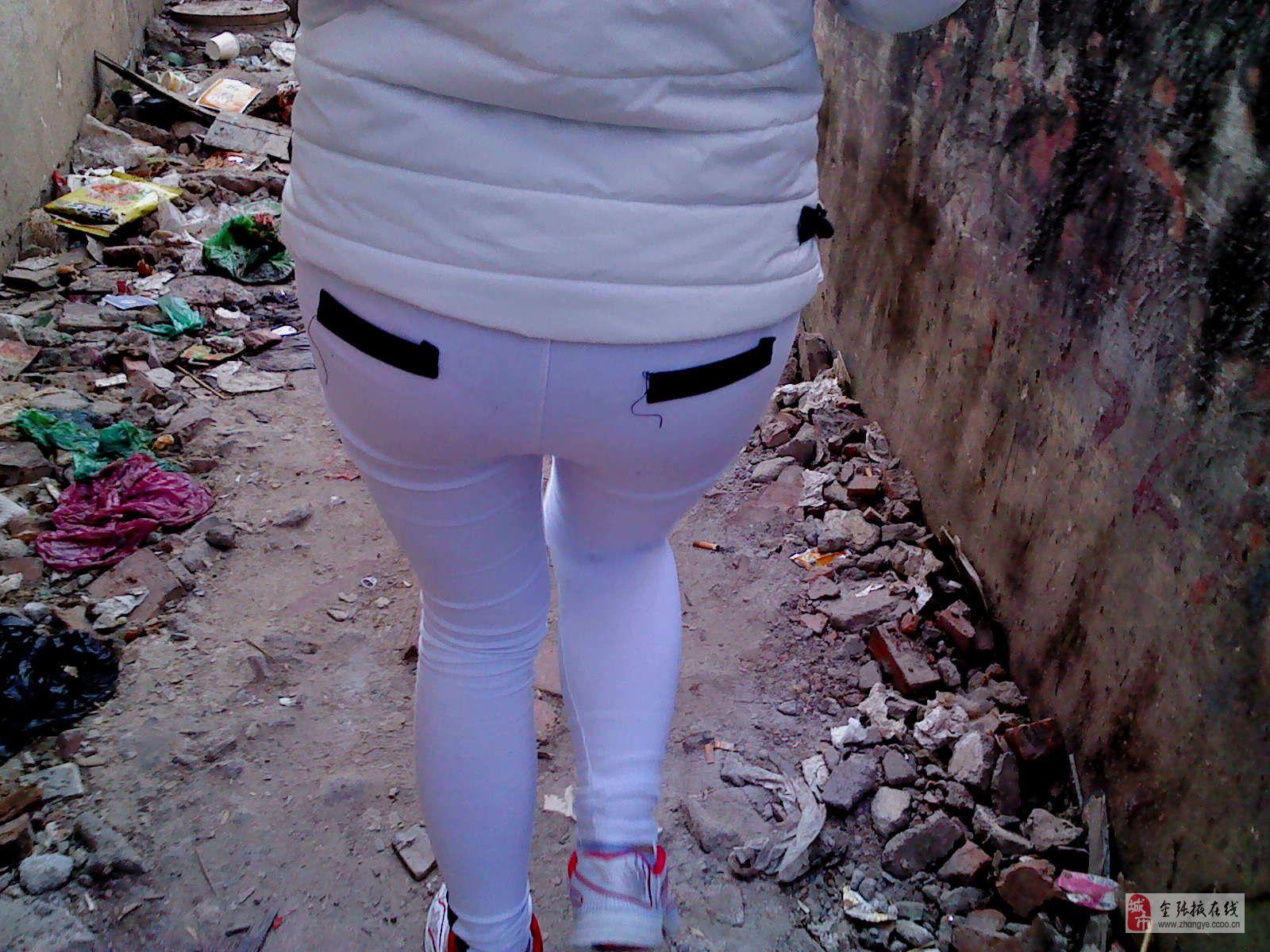 原创街拍白色紧身裤美臂