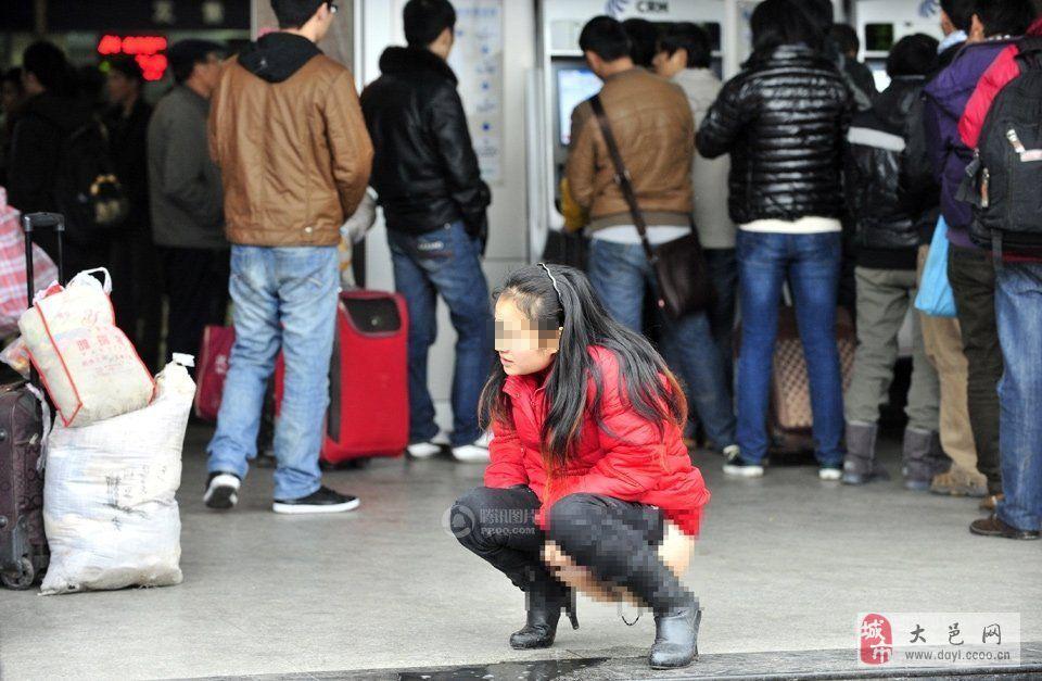 [分享]由于购票排队时间太长,女子内急当街撒尿