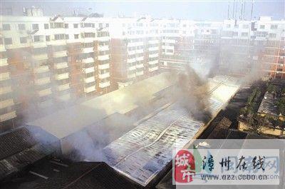 龙海石码后港路农贸市场仓库起大火 进出口被封