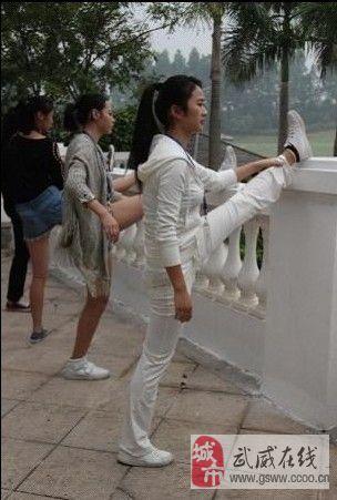 老师帮同学劈腿……