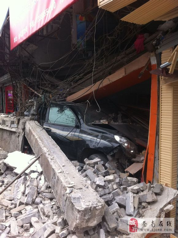 车子撞进房子撞塌房子司机碉堡了