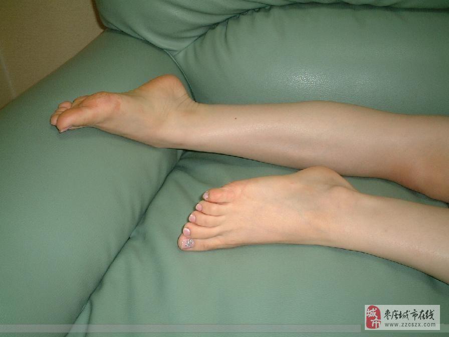 白嫩美女家中秀光滑美腿