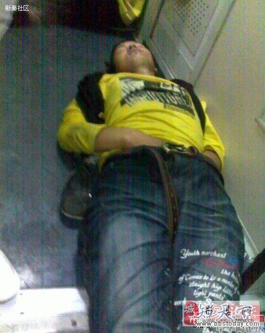 春运火车上的各种销魂囧态睡姿,亮点自找!
