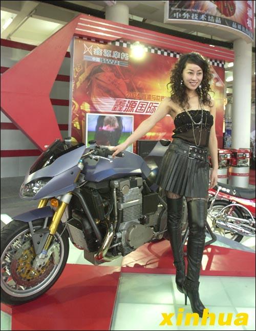 """""""亚洲小姐""""杨佳霖与模特在重庆鑫源摩托车"""