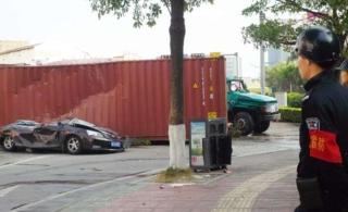 惠阳货柜车压扁轿车,轿车车主被救出