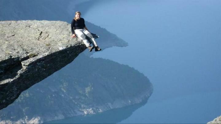 一个人站在悬崖边唯美图片 一个人站在悬崖边唯美图片大全 社会热点