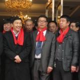 和鸿瑞集团董事长王世春先生一行在漫川大酒店前共庆社火民俗表演