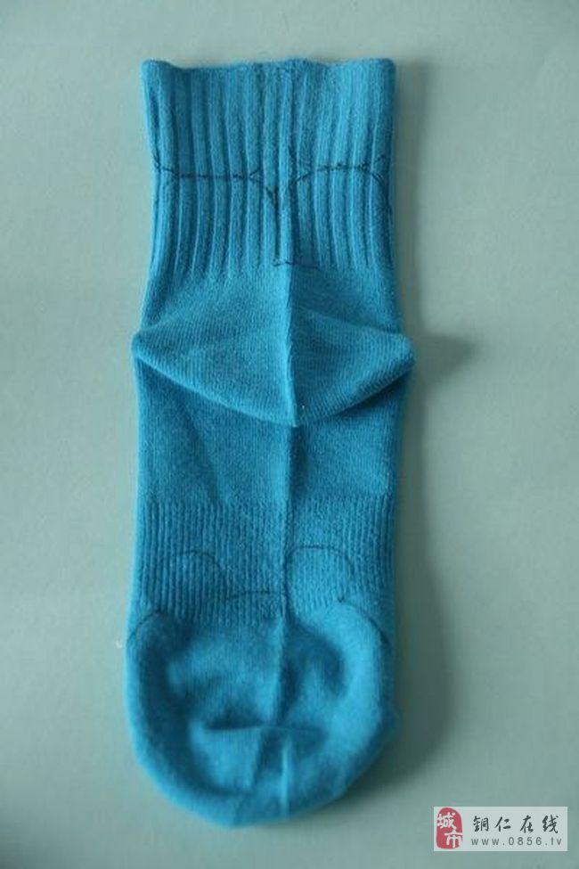 工具/原料 一只蓝色的袜子、一只白色的袜子、一支笔、蓝色线、黑色线、一把剪刀、一个镊子、一根针、一些填充棉、一颗大纽扣、2颗黑色的圆珠子  步骤方法 用袜子制作各种可爱的玩具是最近两年非常流行的一个方式,这只可爱的小熊也是用我们生活中用的袜子制作而成的,它的模样非常的可爱! 材料:一只蓝色的袜子、一只白色的袜子、一支笔、蓝色线、黑色线、一把剪刀、一个镊子、一根针、一些填充棉、一颗大纽扣、2颗黑色的圆珠子。  1、用笔在袜子的底面画上小熊的头,上面口子处画上小熊的手。中间留作身子。  2、按着这个模型用剪刀