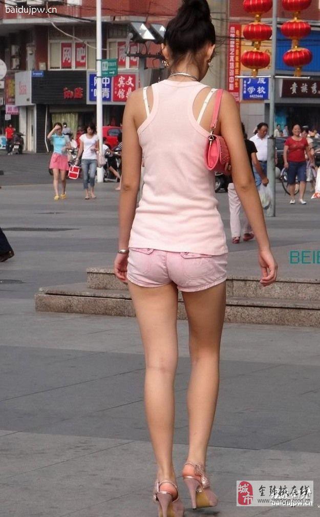 白裤美臀美女显露内裤