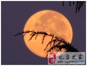 而当月亮从山后升起来的时候