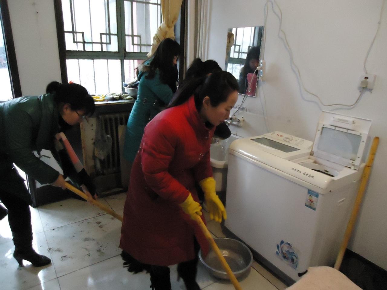长子县志愿者帮助空巢老人