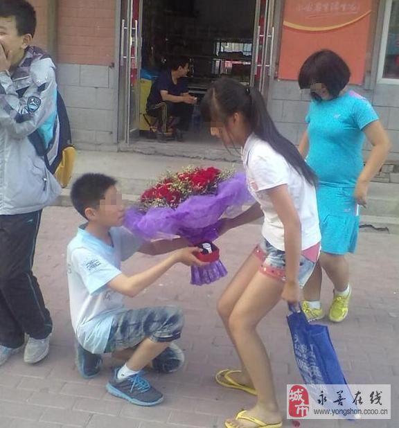 小学生当街亲吻图片