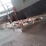 东中铺村开发的小区垃圾遍地占到了路中间。