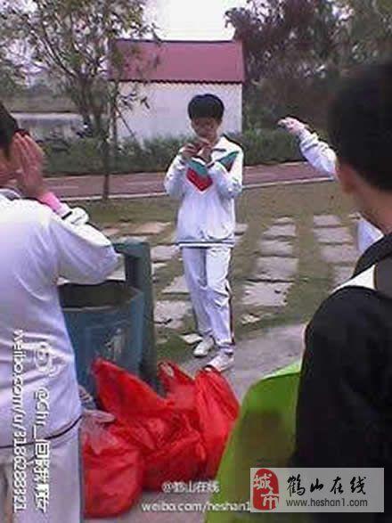 【鹤山公园做义工】今天早上鹤华中学八年级三班的同学积极参加义工活动,为鹤山绿化出一份力。同时也呼吁人们要爱护环境,做好绿化工作!支持环保!精神可嘉!