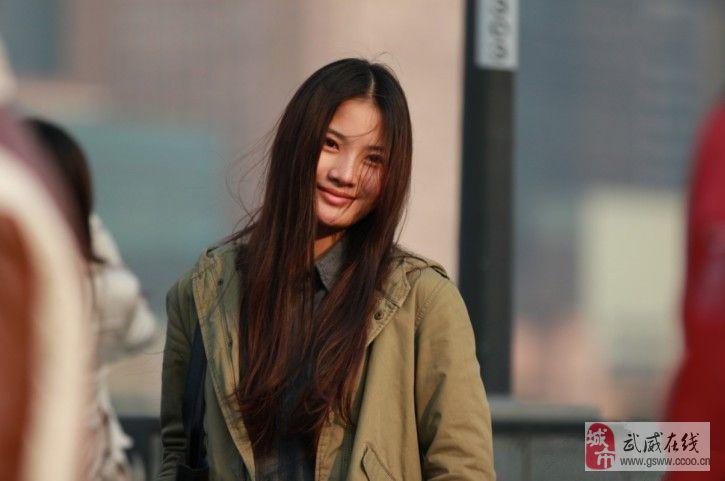 前几天去上海旅游在外滩无意中拍到的美女
