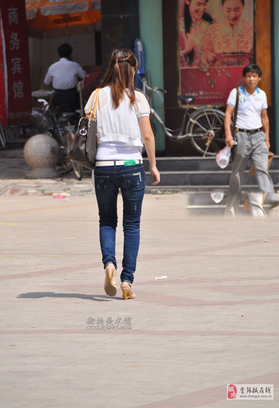 街拍透明裤漏臀美女