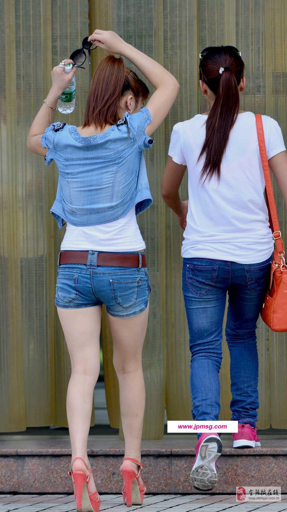 街拍紧臀蓝色牛仔裤