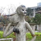 咸猪手太狠 世纪公园美女雕像面目全非