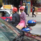 违章!危险!短裙妙龄女侧坐摩托车街头飞奔