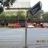 铜仁市梵净大道百花路口交通指示牌被撞变形