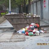 创卫还差一小步  铜仁梵净大道垃圾箱挡住人行道