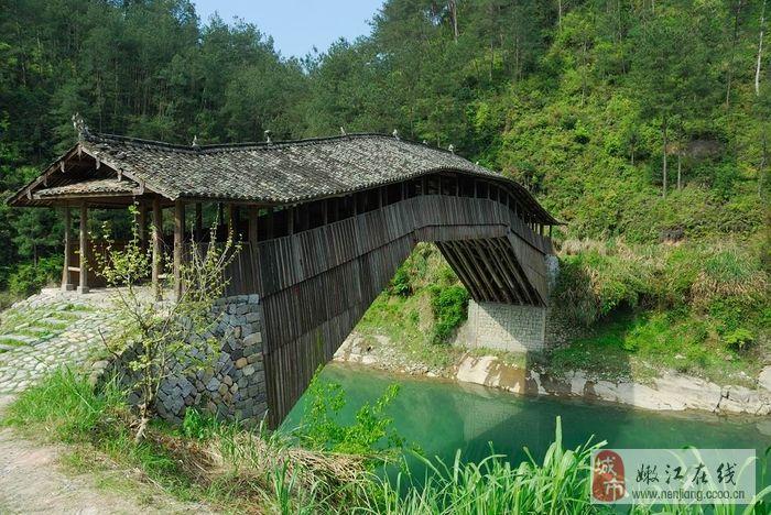 虽然红色桥身有些斑驳,露出灰白色的木条,但凸显了超越岁月的苍桑优美