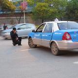 铜仁梵净山大道发生交通事故 的士玩亲昵摩托很受伤