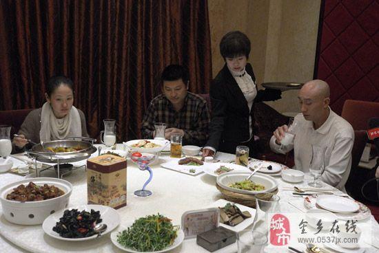 湘鄂情各店转型家庭欢聚餐厅初见彩虹