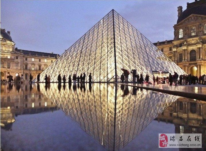 倒影中的法国巴黎。
